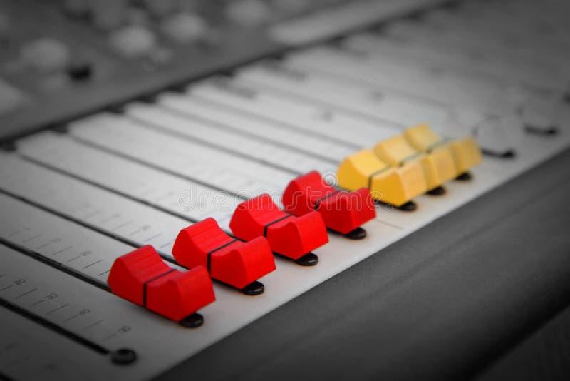 Stäng sig upp av röd och gul ljudsignal sound blandare fotografering för bildbyråer