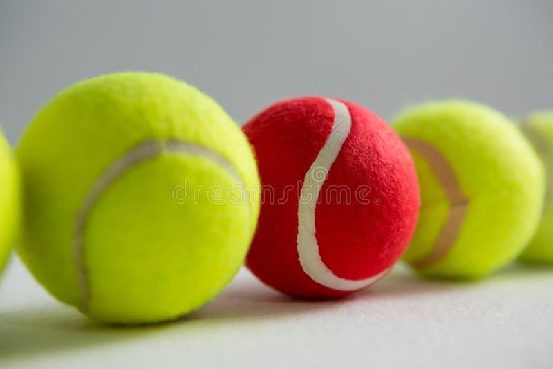 Stäng sig upp av röda och fluorescerande tennisbollar royaltyfri fotografi