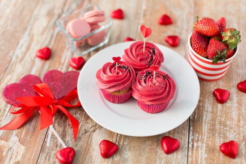 Stäng sig upp av röda sötsaker för st-valentindag royaltyfri fotografi