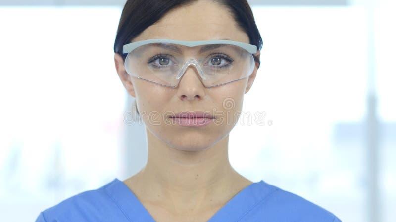 Stäng sig upp av reseachforskaren, doktorn som bär skyddande exponeringsglas royaltyfri bild