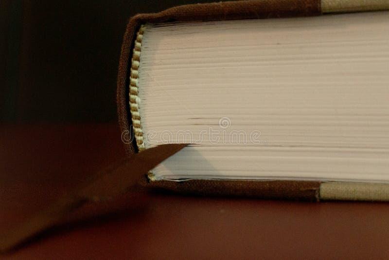 Stäng sig upp av sidorna av en gammal bok arkivbild