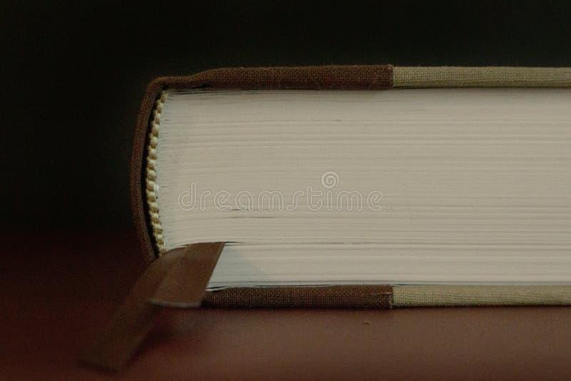 Stäng sig upp av sidorna av en stängd gammal bok fotografering för bildbyråer