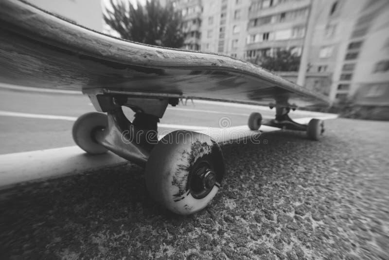 Stäng sig upp av skateboarden på stadsvägen royaltyfria foton
