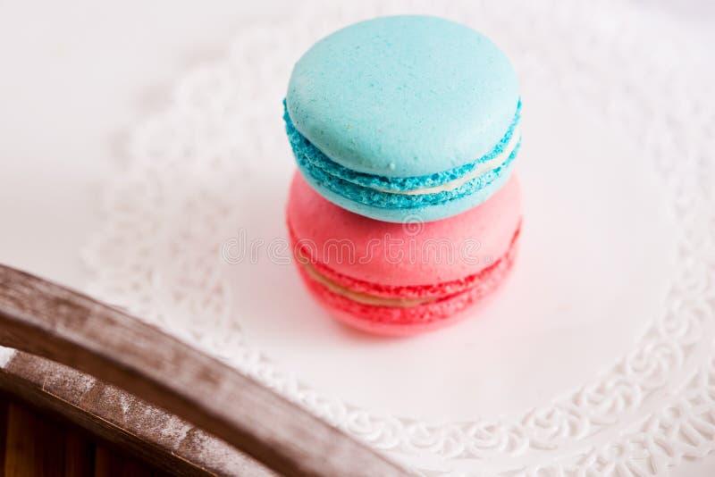 Stäng sig upp av smakliga rosa färger och slösa anstrykning för den makronjordgubbehallonet och mintkaramellen royaltyfri fotografi