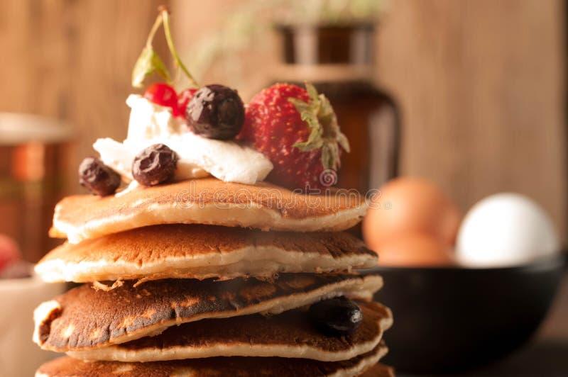 Stäng sig upp av smakliga traditionella amerikanska pannkakor i bunt royaltyfria foton