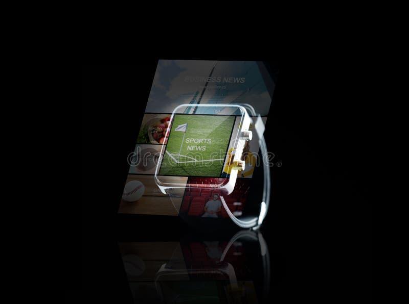 Stäng sig upp av smartwatch med sportnyheternaapplikation arkivfoton