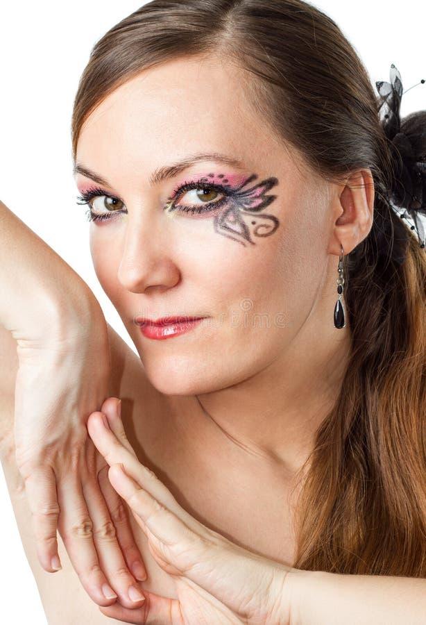Stäng sig upp av ståenden av den härliga modellkvinnan med den stilfulla idérika makeup- och kroppkonstfjärilen på vit bakgrund. royaltyfri fotografi