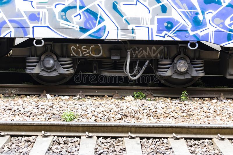 Stäng sig upp av ståldrevhjulet på railtrack fotografering för bildbyråer