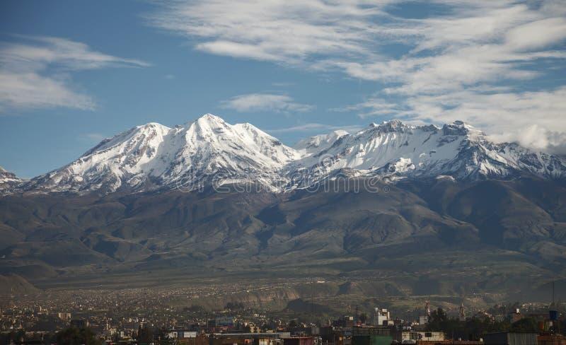 Stäng sig upp av stad av Arequipa, Peru med dess vulkan Chachani royaltyfria bilder