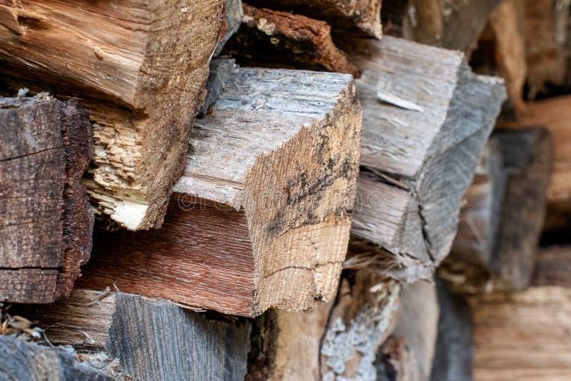 Stäng sig upp av staplad träjournalbakgrund arkivfoton