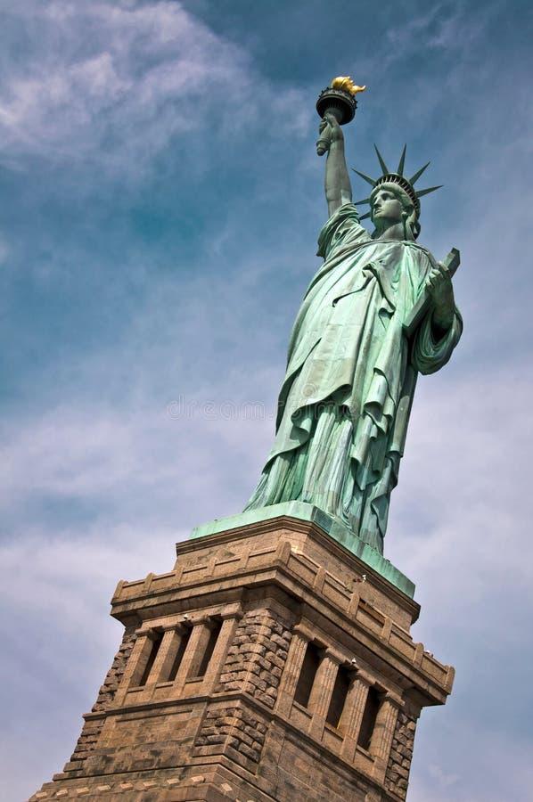 Stäng sig upp av statyn av frihet med hennes sockel, New York arkivfoton