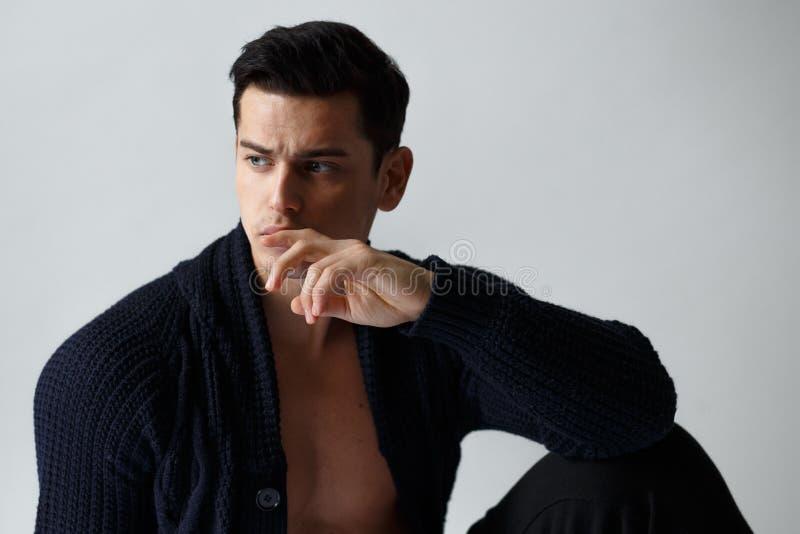 Stäng sig upp av stiligt posera för ung man som är shirtless i svart kläder, på vit bakgrund den konstn?rliga detaljerade eiffel  arkivfoto