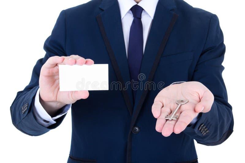 Stäng sig upp av tangent och visitkort i den manliga fastighetsmäklarehanden royaltyfri foto