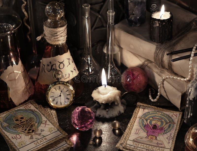 Stäng sig upp av tarokkorten, bokar magi och stearinljus royaltyfria bilder