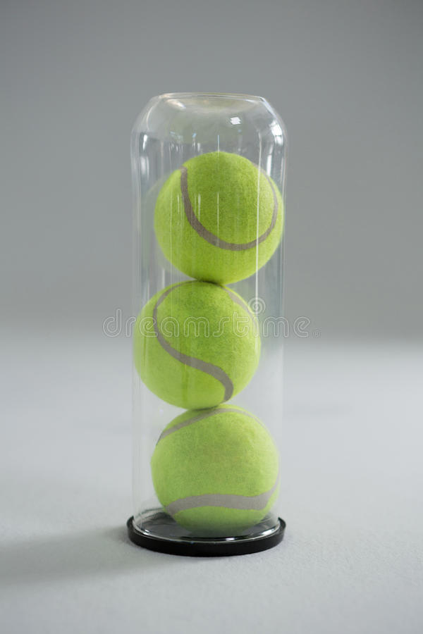 Stäng sig upp av tennisboll i plast- flaska royaltyfri fotografi