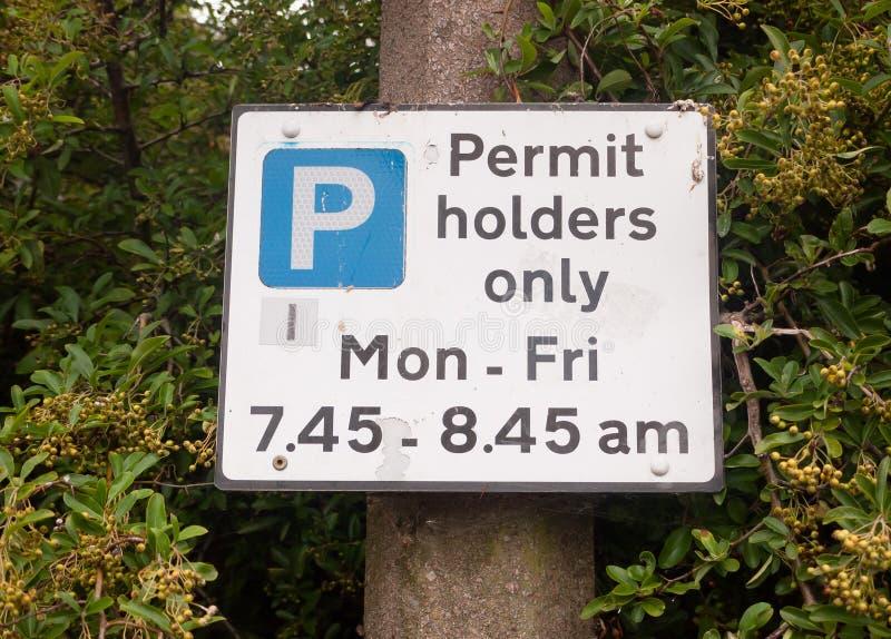 Stäng sig upp av tillståndhållare som parkerar endast tecknet arkivfoto