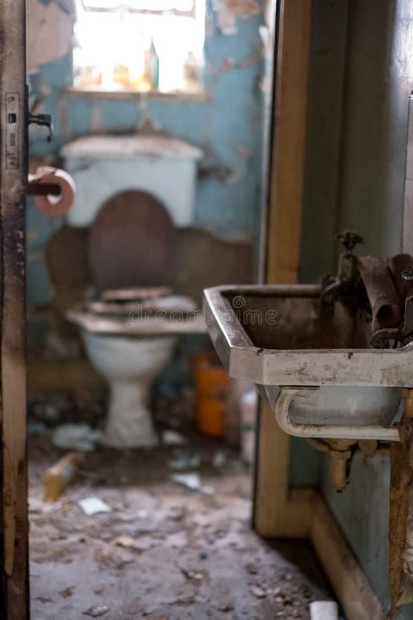 Stäng sig upp av toalett i det övergivna huset som byggs i 30-taldecostil Harv UK fotografering för bildbyråer