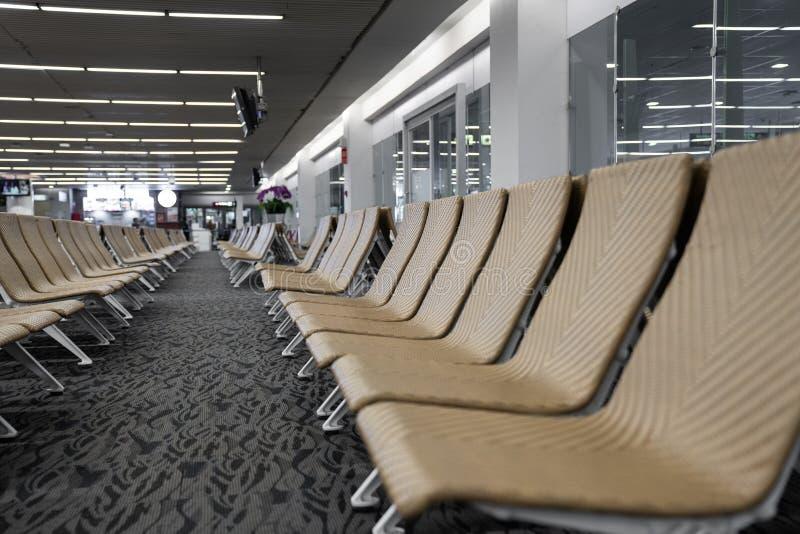 Stäng sig upp av tom konstgjord rottingseater i flygplatsen/väntande vardagsrumflygplats/konstgjord rottingmaterial/lopppassagera royaltyfria bilder