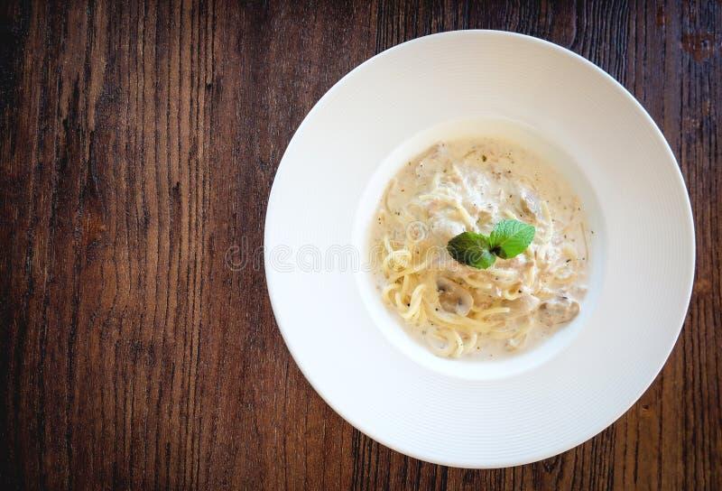 Stäng sig upp av tonfisk och champinjonen för kräm- sås för spagetti i mjuk tappningsignal royaltyfria foton