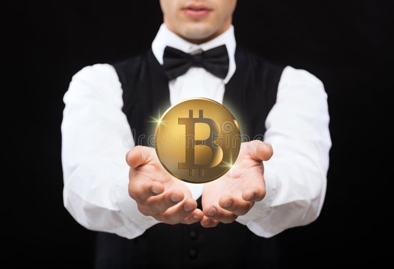 Stäng sig upp av trollkarl med bitcoin över svart royaltyfria bilder