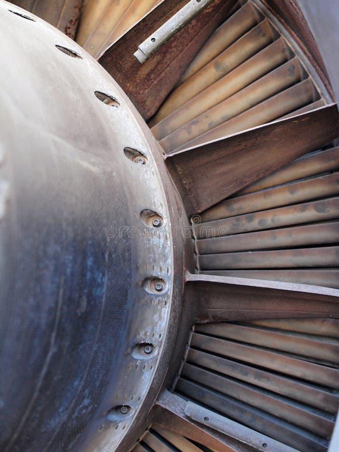 Stäng sig upp av turbin- och fanblad av en jetmotor med tecken av arkivfoton