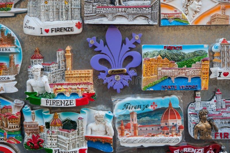 Stäng sig upp av turist- magnetsouvenir av Florence arkivbilder