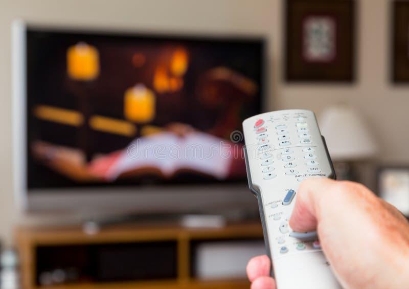 Stäng sig upp av TVfjärrkontroll med televisionen arkivbilder