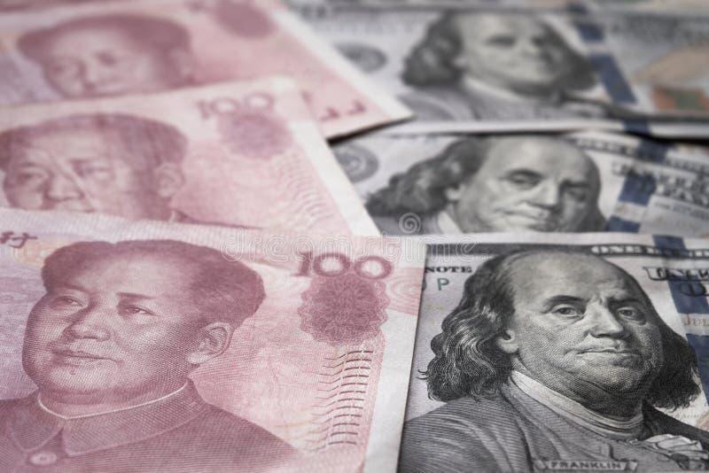 Stäng sig upp av US dollar och den kinesiska Yuan sedeln Handla kriget och konflikten mellan två stora länder USA och Kina förhål royaltyfria bilder