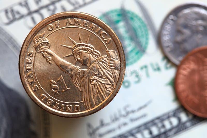 Stäng sig upp av US dollarräkningar och ett dollarmynt fotografering för bildbyråer