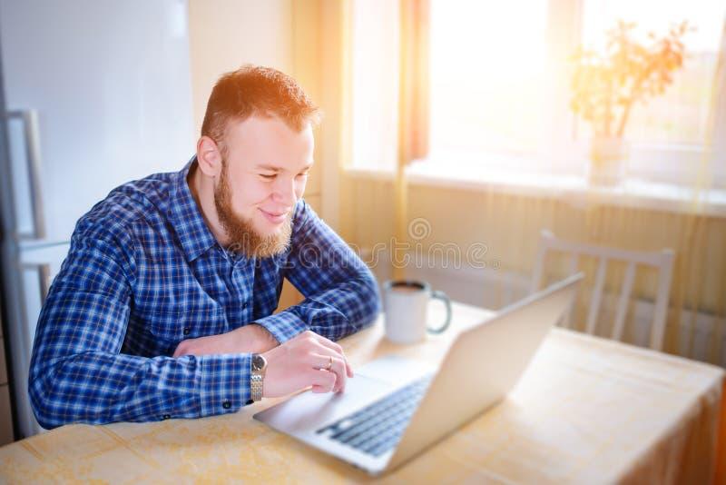 Stäng sig upp av utövande affärsman med funktionsduglig concentra för bärbar dator arkivbilder
