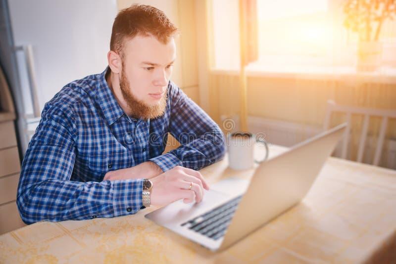 Stäng sig upp av utövande affärsman med koncentrerat bärbar datorarbete royaltyfri fotografi