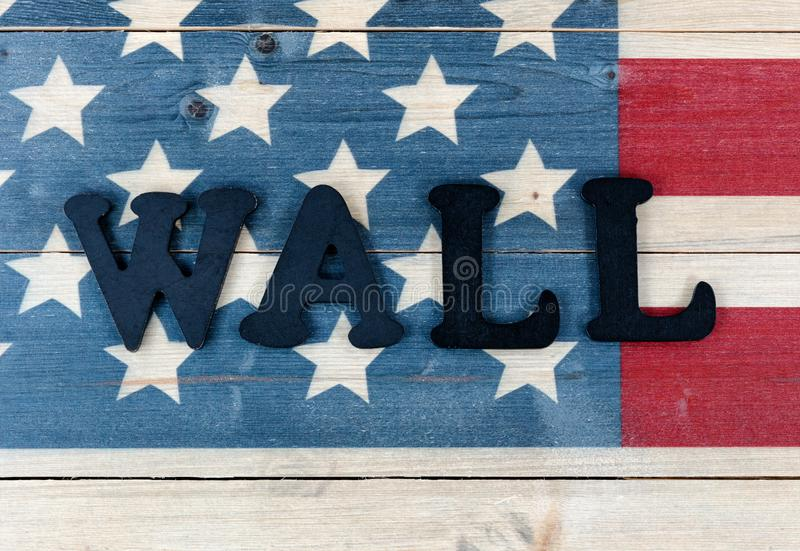 Stäng sig upp av väggtextbokstäver på tappning som träFörenta staterna sjunker med metallbokstäver som stavar väggen för gränsbeg royaltyfri foto