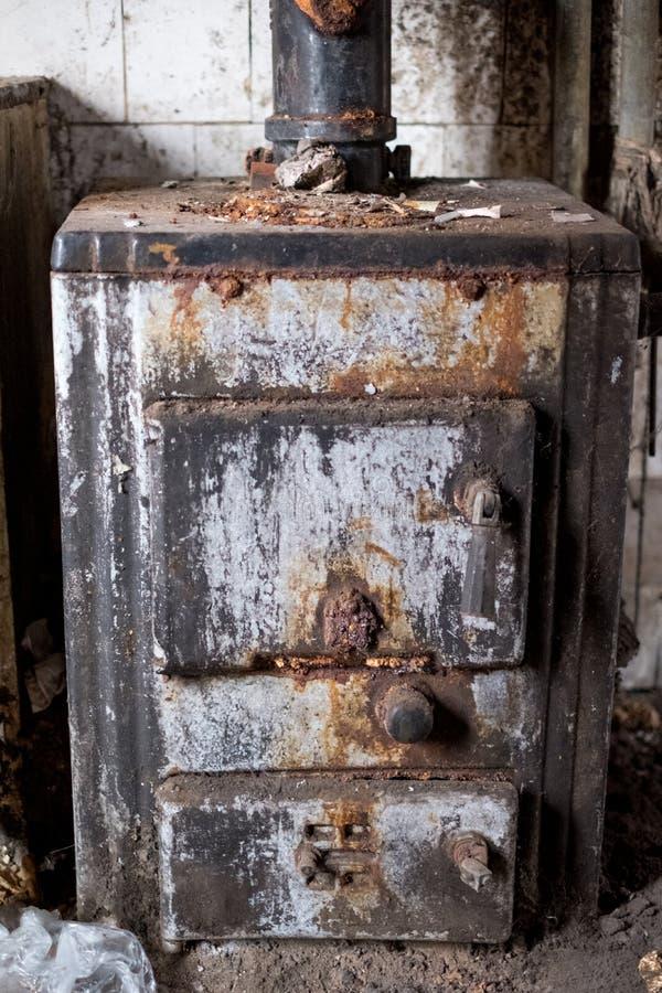 Stäng sig upp av vattenvärmeapparaten i övergivet hus Harv UK fotografering för bildbyråer