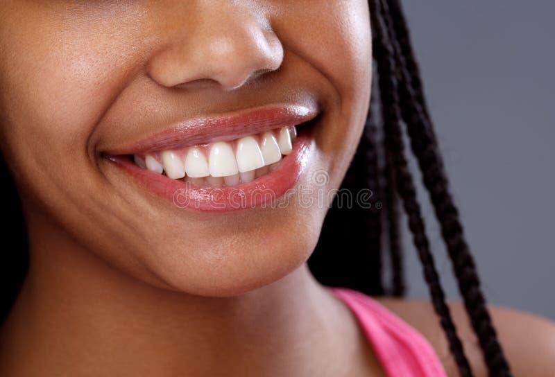 Stäng sig upp av vita tänder på att le kvinnan royaltyfri foto