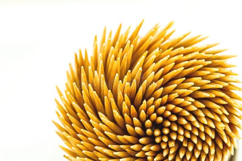 Stäng sig upp bruna bambutandpetare på vit bakgrund arkivfoton
