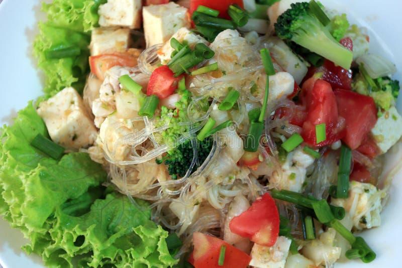 Stäng sig upp cellofannudelsallad med den vietnamesiska grisköttkorven och variationsgrönsaken liksom grönsallat, tomaten, lök royaltyfria foton