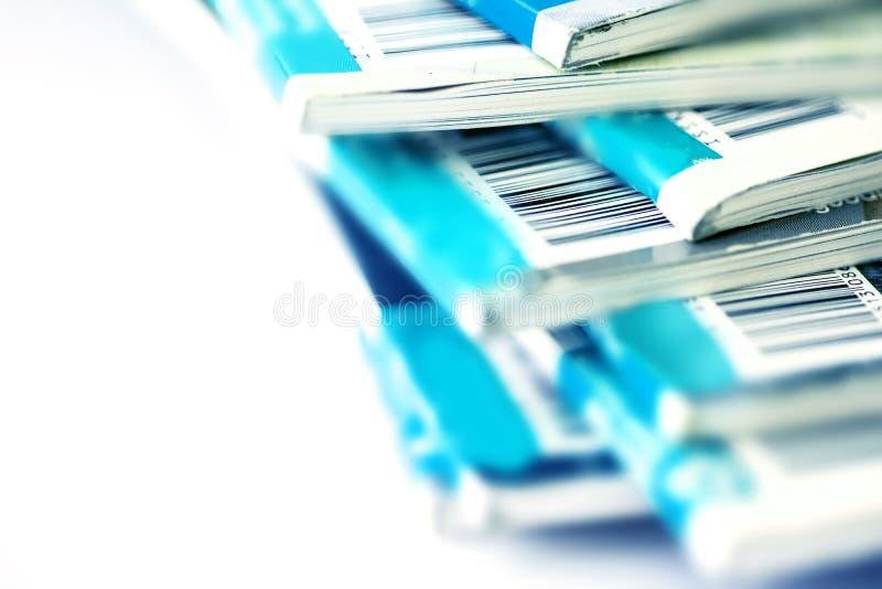 Stäng sig upp delen av barcoden på den blåa tidskriften som staplar med whit royaltyfri foto