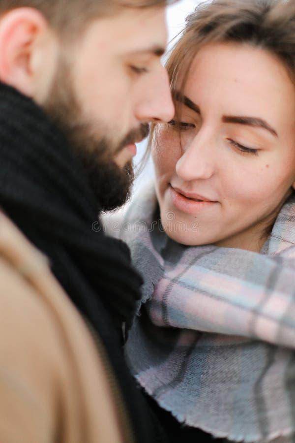 Stäng sig upp den caucasian nätta krama och bärande halsduken för kvinnan och för mannen royaltyfri fotografi