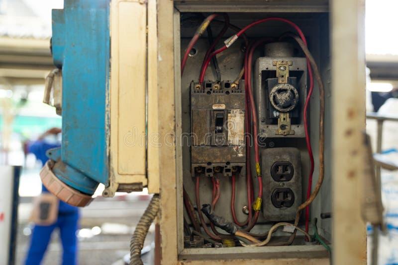 Stäng sig upp den gamla och smutsiga säkerhetsbrytareströmbrytaren i den elektriska asken, strömkrets arkivfoton