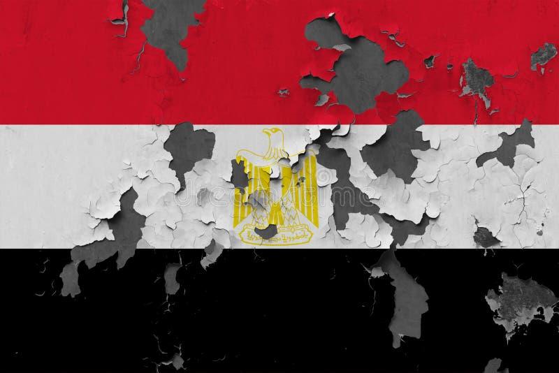 Stäng sig upp den grungy, skadade och red ut Egypten flaggan på väggen som skalar av målarfärg för att se inom yttersida royaltyfri foto