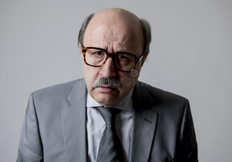 Stäng sig upp den head ståenden av för affärsman för skallig 60-tal högt ledset och deprimerat se desperat och känsla som är låg  royaltyfri bild