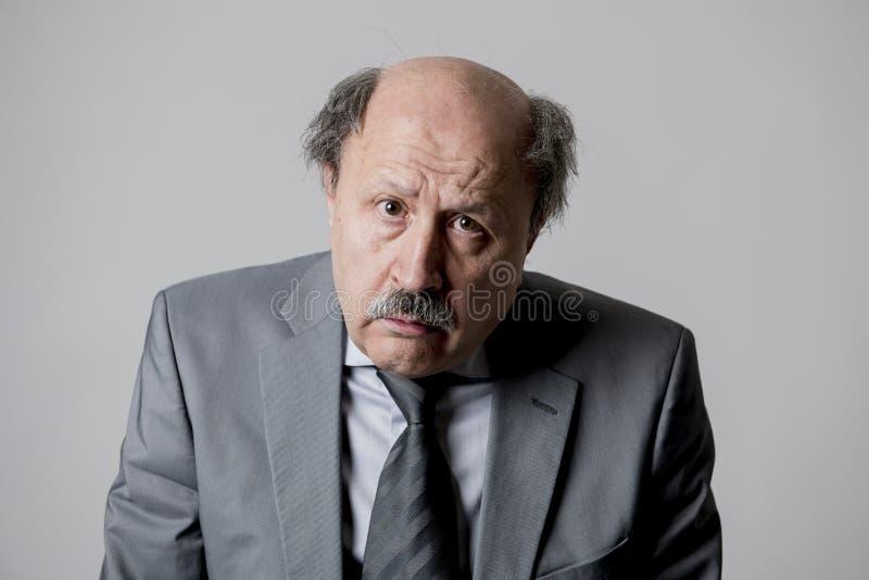 Stäng sig upp den head ståenden av för affärsman för skallig 60-tal högt ledset och deprimerat se roligt och smutsigt i sorgsenhe fotografering för bildbyråer