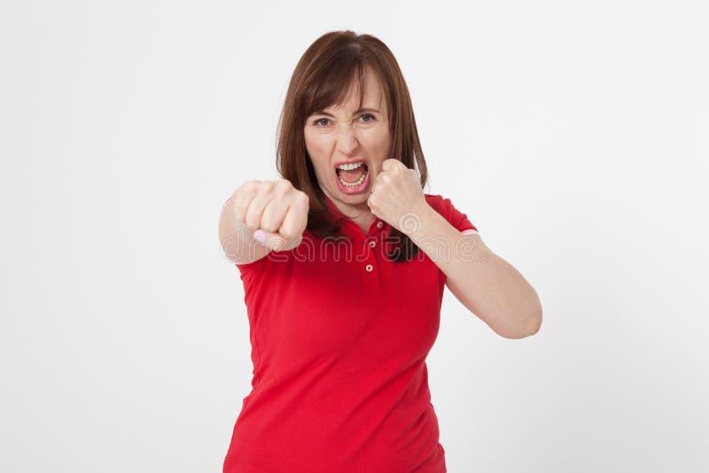 Stäng sig upp den isolerade ståenden av den förargade ilskna kvinnan Röd tom främre sikt för T-tröja och för brunetthår Negativa  royaltyfri foto