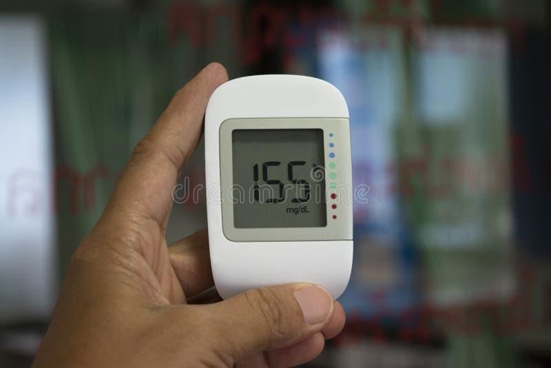 Stäng sig upp den medicinska apparaten, digitalt handheld bruk för avkännare för blodsocker att mäta tålmodigt blodsocker i sjukh fotografering för bildbyråer