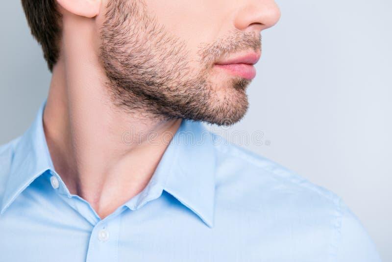 Stäng sig upp det kantjusterade halva framsidafotoet av det stilfulla borstet för ` s för den unga mannen royaltyfria foton