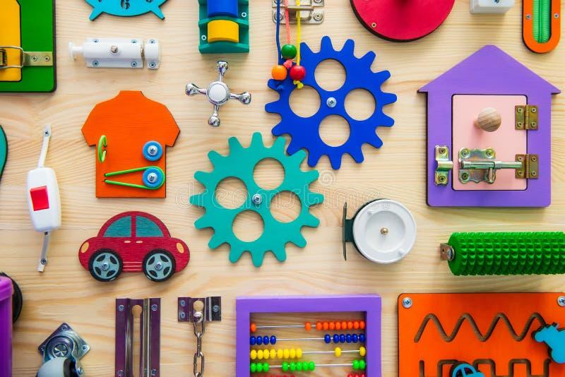 Stäng sig upp det ljusa upptagna brädet för för barn educatio för barn` s arkivfoton