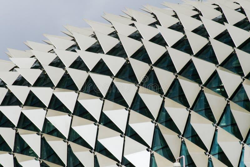 Stäng sig upp detaljen av taket av fönster för en byggnadsvisning och triangulära paneler i en modell fotografering för bildbyråer