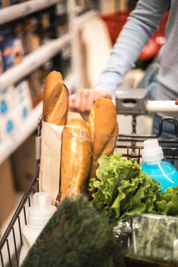 Stäng sig upp en kvinnashopping på supermarket royaltyfria foton