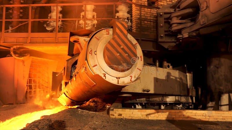 Stäng sig upp för aluminiumsmältningspanna i en gjuteri som tillbaka flyttar sig, det tunga metallurgibegreppet Materiellängd i f arkivfoton