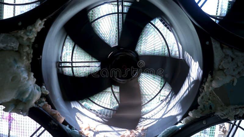 Stäng sig upp för snabba spinnigblad av cooligsystemet Materiell?ngd i fot r?knat industriell luftkonditioneringsapparat arkivbild